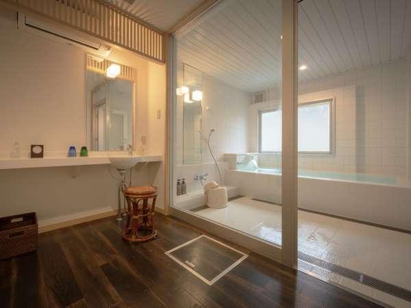 貸切風呂「蓮」は、白を基調とした源泉かけ流しの内風呂 1h 1500円税込