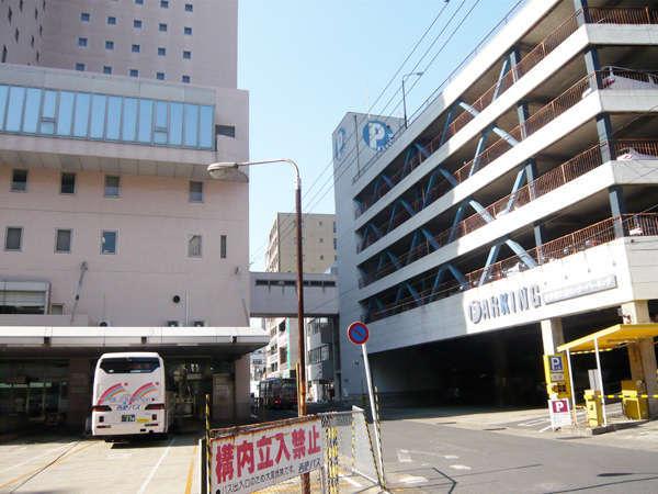 ホテルの真裏に位置する契約駐車場「佐世保交通センターパーキング」*車高2.1m 車幅1.7m(1泊1,000円)