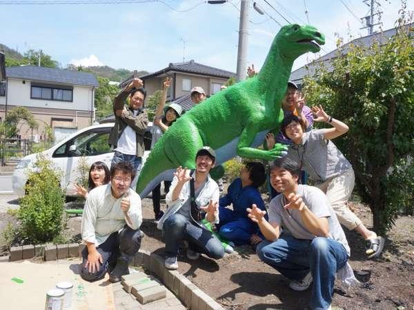 庭で恐竜「ザウルス君」が皆様を歓迎します(^^)