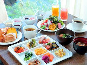 こだわりの朝食は季節に合せたジャムや種類豊富なパン、旬の野菜を使った手作り中心の和洋ブッフェをご用意