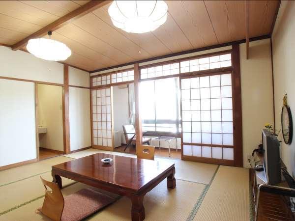 3~4名様タイプのお部屋の一例 当館は全室表通りに面しております。