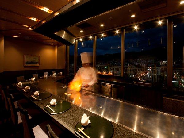 【古鷹】呉市街と休山を眺めながら,目の前で豪快に焼き上げる極上ステーキをお召し上がりいただけます。
