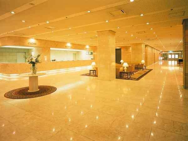 【ホテルロビー】ホテル1Fフロント前ロビーです。お土産も販売しております。
