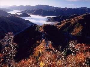 紅葉の山並み。四季を通じて手軽にトレッキング