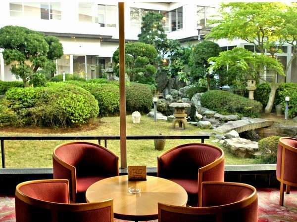 日本庭園が見わたせるロビー