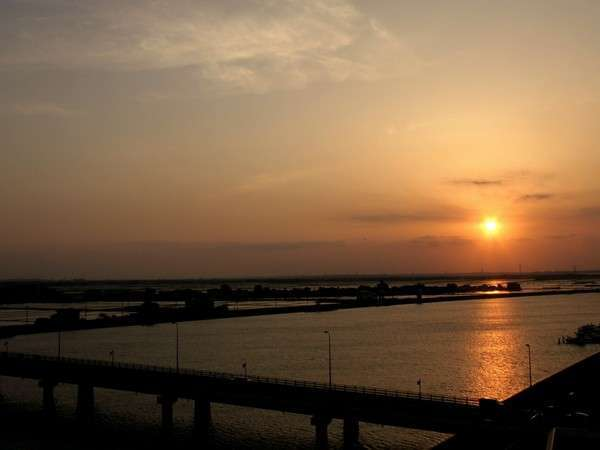 客室から見える、利根川に沈む夕焼け