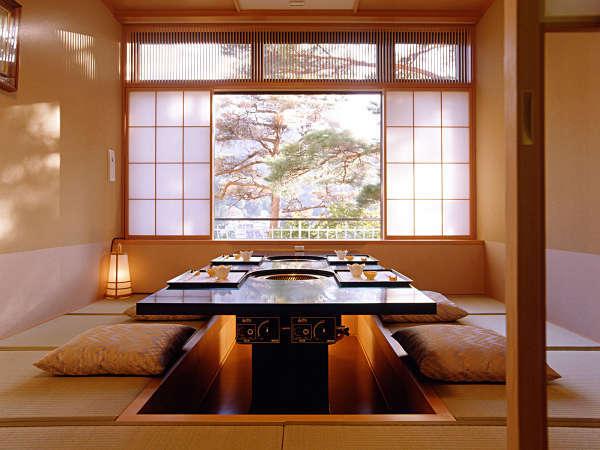 【和風ダイニングあじさい】掘りごたつ式の個室が大小19室。寒い季節には足元が床暖房に。