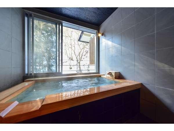 【Aタイプ】客室半露天風呂で川のせせらぎを聞きながら至福のご入浴を。(客室風呂一例)