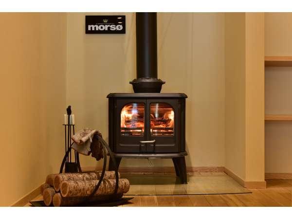 冬には薪ストーブに火が入り、館内全体をやさしい暖かい空気で包み込みます