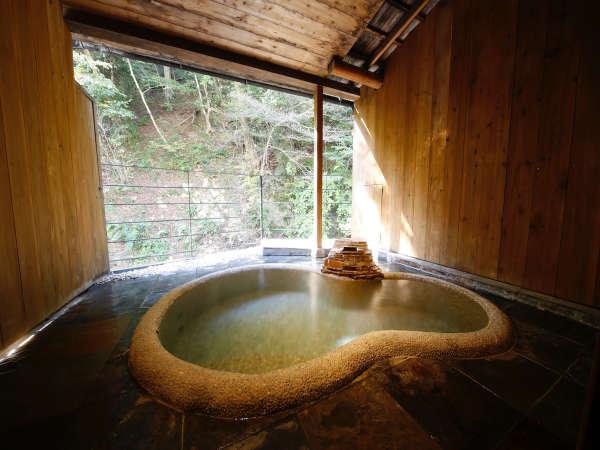 鶏鳴の湯。川沿いの開放的な露天風呂。