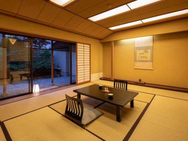 ●【和室】日本庭園を眺められる純和室は、最大6名様までご利用いただけます。