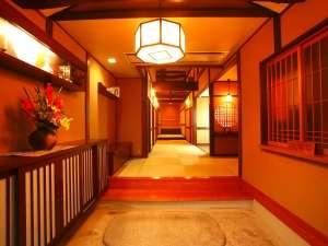 ようこそ「里山の四季」へ~。玄関から続く琉球畳の廊下です。