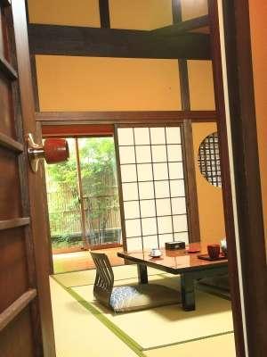 ようこそ「里山の四季」へ。朝夕お部屋食ですのでプライベートな空間が広がります。