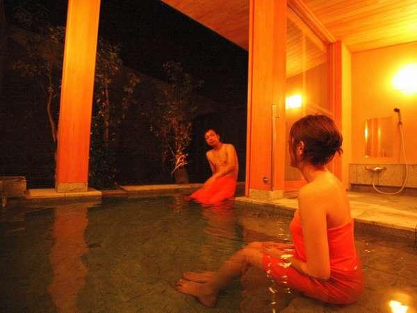 新館「陽邸 さなえ田」の「清涼の湯」。4人でも広々の貸切露天。離れから専用出口で。
