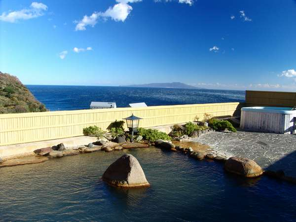 屋上の露天風呂。相模灘と大島を望む。振り向けば天城連山も仰げます。