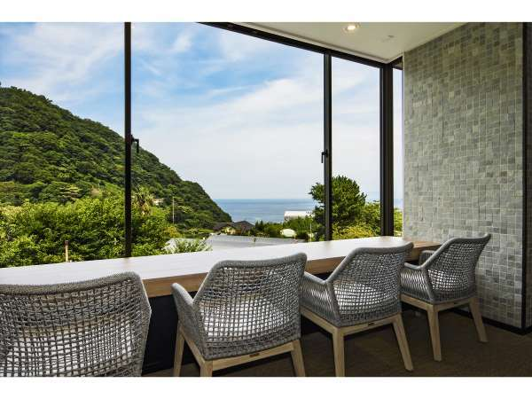 窓際の特等席!大島を望む絶景が皆様をお出迎え。