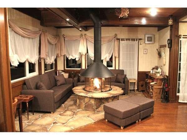 <ラウンジ>暖炉のある落ち着いた空間でお食事をお楽しみ下さい。