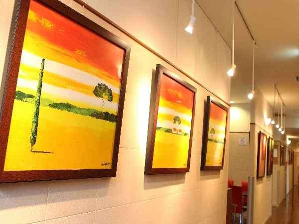 廊下に飾られている沢山の絵画もご鑑賞ください