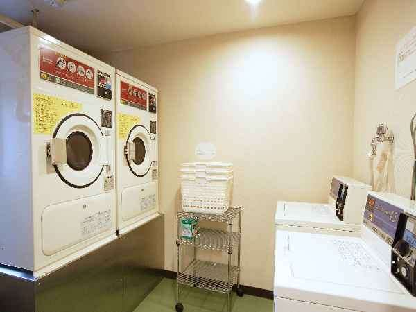 【ランドリーコーナー】洗濯機2台(1回¥300)・乾燥機2台(20分¥100)洗剤は自動投入☆