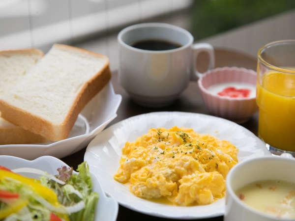 朝食無料サービス♪トースト・サラダ・スープ・日替りのおかずをご用意しております。