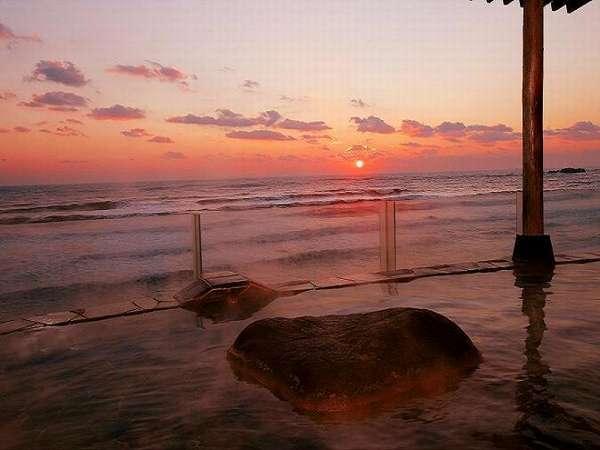 お天気が良い日は露天風呂より水平線から上がる日の出がご覧になれます