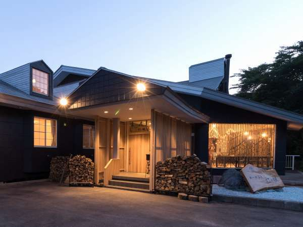 外観の入口 夕暮れからポツンと灯る「灯と楓」です