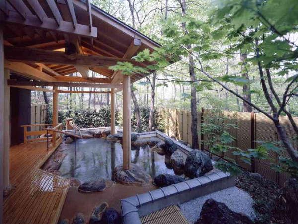 木立の中にある岩風呂&露天は男女時間交代制