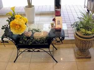 東横イン神戸三ノ宮Ⅱ。館内随所のお花のディスプレイでお迎えします。