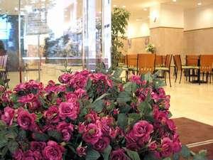 東横イン神戸三ノ宮Ⅱロビー。女性支配人ならではの感性! 館内随所のお花のディスプレイでお迎えします。