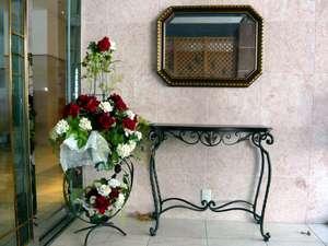 東横イン神戸三ノ宮Ⅱ西玄関。女性支配人ならではの感性! 館内随所のお花のディスプレイでお迎えします。