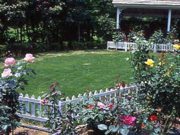 四季の花々に彩どられたお庭