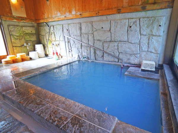 【貸切内湯】天候や気温に左右されない内湯も青湯貸切・交代制での利用となります。