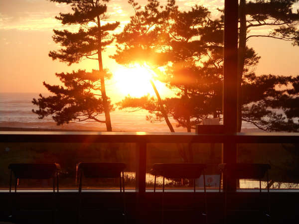 *美しい夕日を、ラウンジからゆっくりと眺める至福のひと時を。