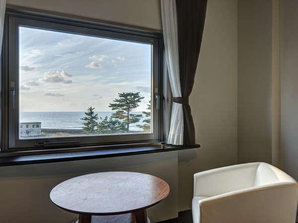 *【(海側)スタンダードツイン 眺望一例】窓から日本海をゆっくりと眺め、癒しの時間をお過ごしください。