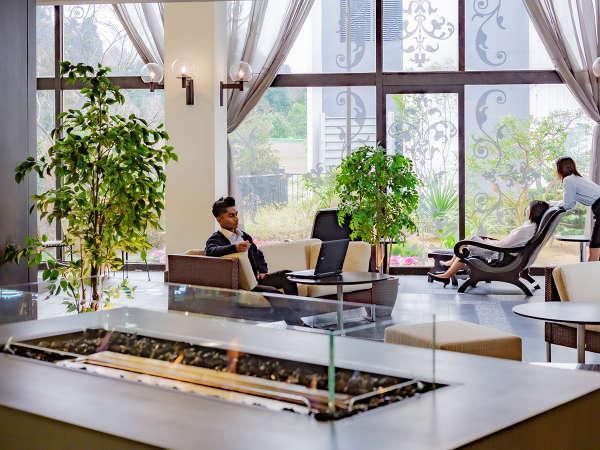 【ガーデンテラス】緑豊かな解放感溢れる空間で、会話やテレワークなどご自由にお過ごしいただけます