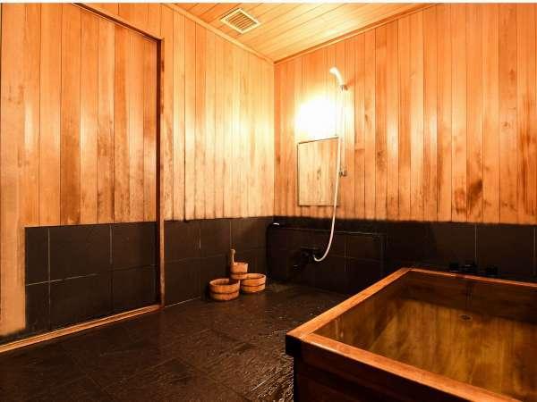 ファミリールーム【和】には檜風呂を完備。親子にも十分な大きさです。