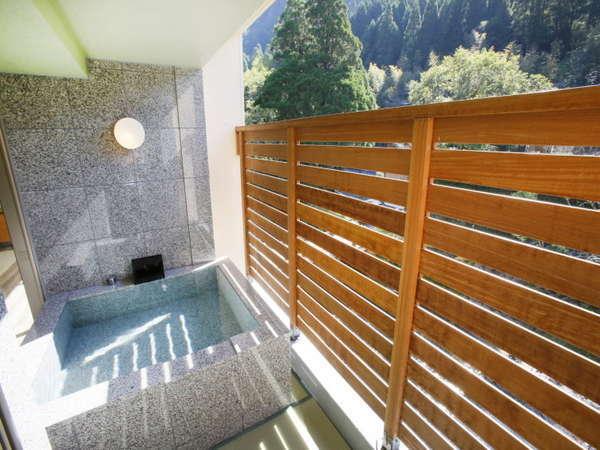いつでも入れる【源泉かけ流しの温泉付き客室】開放的な露天風呂です。