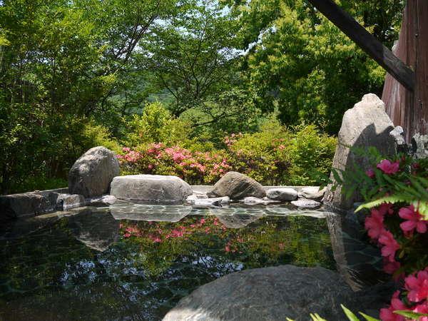 新緑の季節旅館の露天風呂    夏