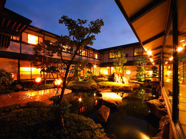ライトアップされた中庭とかがり火が非日常を演出します