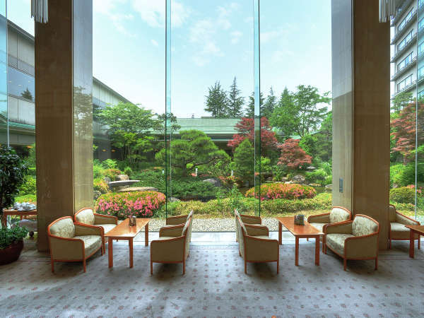 四季折々の風景をお楽しみいただける日本庭園。ラウンジでゆっくりとしたひと時を。