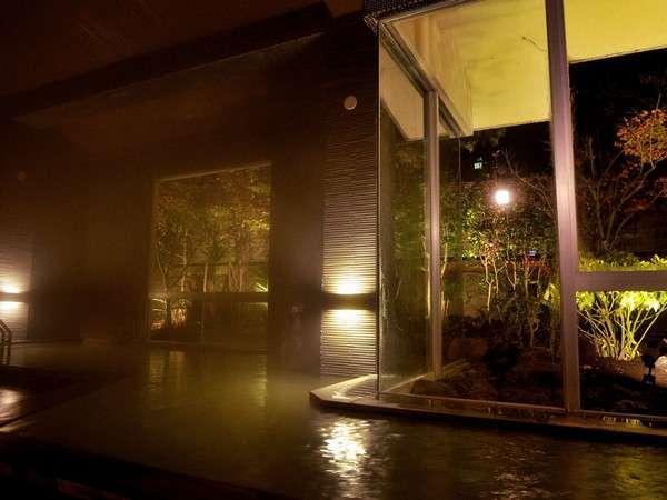 【大浴場】リニューアルした大浴場。開放感のある空間で掛け流しの天然温泉を愉しむ。/男性風呂