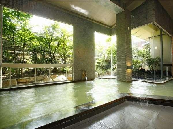 【大浴場】リニューアルした大浴場。大きな窓からは外の緑を眺めることも出来ます/男性風呂
