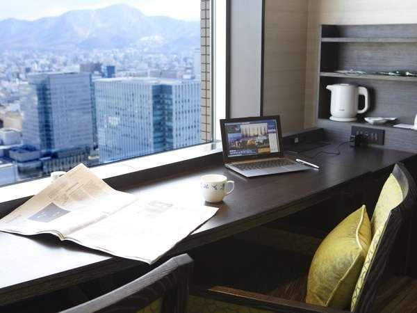 窓からの景色を楽しめるように、ベッドの向きや家具のレイアウトにこだわりました。