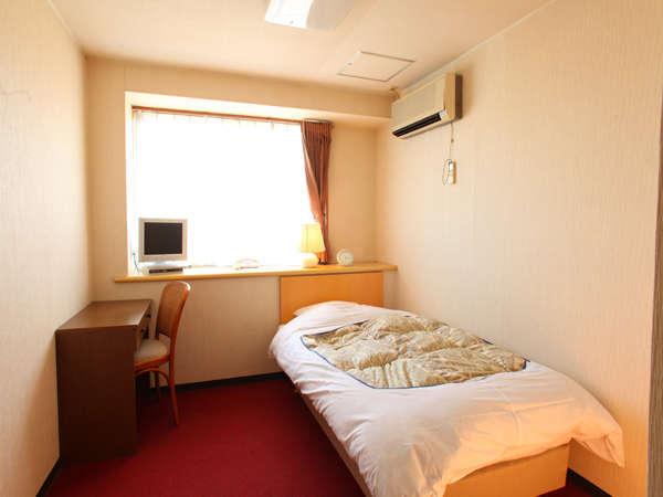 居心地の良い空間のシングルルーム。全室無線LAN接続可。