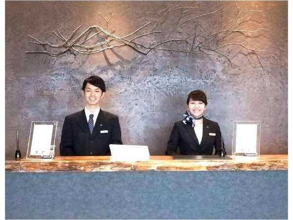 フロントスタッフがお客様を笑顔でお迎えいたします。