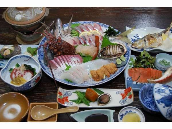 えびすや旅館の豪華な磯料理です。魚の種類は季節により変わります。生き造りは2人前です。16