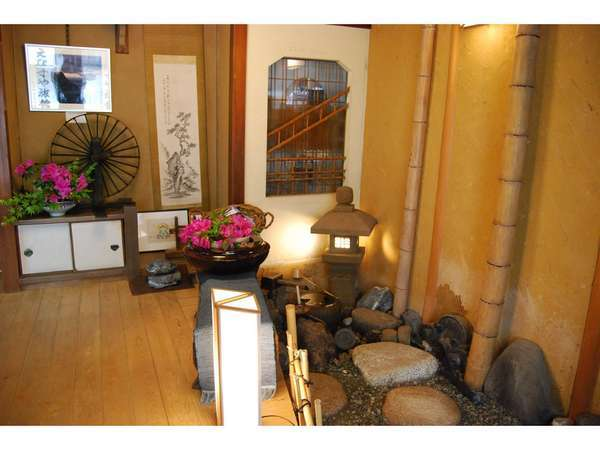 玄関水琴窟です。水琴窟研究所(松山市)の中村さんに造って頂いた本格的なものです。16