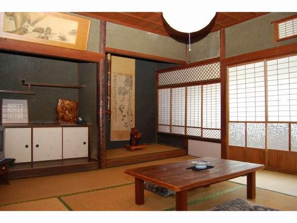 旧館和室の1例です。山が見えたり街の路地が見えます。昭和の素朴な部屋がそのまま残っています。16