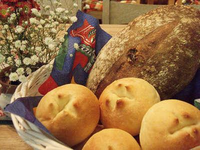 朝食の洋食には、手作りパンも