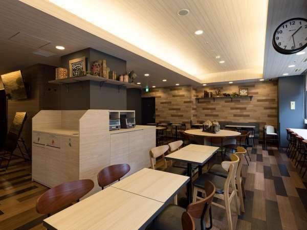 【ラウンジスペース】無料朝食での利用◆ウェルカムドリンクサービスとともにきままにお過ごしいただけます
